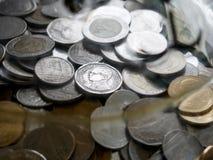 Thailändska mynt i spargrisen arkivbilder