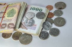 Thailändska pengar, 1000 bahtsedlar och mynt på vit bakgrund Arkivbilder