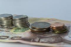 Thailändska pengar, 1000 bahtsedlar och mynt på vit bakgrund Royaltyfri Bild