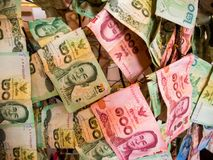 Thailändska pengar, som doneras av folk som hänger på i en tempel, B Royaltyfri Fotografi