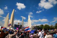 Thailändska personer som protesterar på demokratimonumentet till anti-Yingluck governmen Royaltyfri Fotografi