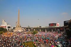 Thailändska personer som protesterar samlar på segermonumentet för att driva ut Yingluck Royaltyfri Fotografi