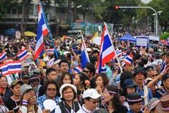 Thailändska personer som protesterar samlar till demokratimonumentet Arkivbilder