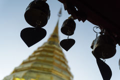 Thailändska Pogoda med många sätter en klocka på Royaltyfri Foto