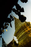 Thailändska Pogoda med många sätter en klocka på Royaltyfri Bild