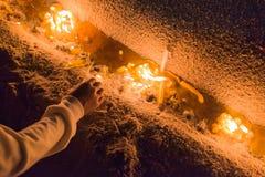 Thailändska sörjanden rymmer stearinljus och ber för den sena konungen Bhumibol A Arkivfoton
