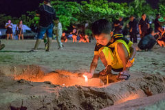 Thailändska sörjanden rymmer stearinljus och ber för den sena konungen Bhumibol A Royaltyfria Foton