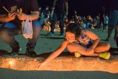 Thailändska sörjanden rymmer stearinljus och ber för den sena konungen Bhumibol A Royaltyfri Fotografi