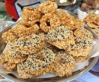 Thailändska söta frasiga riskakor med Cane Sugar Drizzle arkivfoton