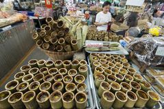 THAILÄNDSKA SÖTSAKER FÖR THAILAND CHONBURI BANGSAEN MARKNAD arkivfoto