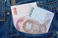 Thailändska sedlar i jeans stoppa i fickan för pengar och affärsidé Arkivfoton