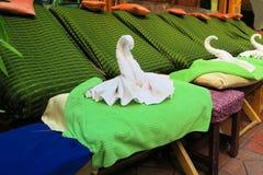 Thailändska Spa massagestolar med svanhandduken royaltyfria foton