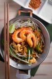 Thailändska stekte nudlar med räkan (det thailändska blocket), Thailand popuplar cuis arkivbild