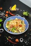 Thailändska stekte ris med konungräkan fotografering för bildbyråer