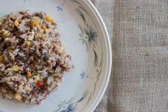 Thailändska stekte ris med nötkött och ägget Arkivfoton