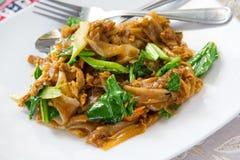 Thailändska stekte under omrörning risnudlar med nytt griskött royaltyfria bilder