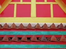 Thailändska tegelplattor för stiltempeltak Arkivfoto