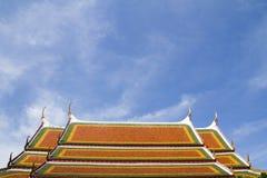 THAILÄNDSKA tempels tak och blåa himmel Arkivbilder