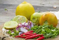 Thailändska Tom Yam soppaörter och kryddor bestå av Kaffirlimefrukt le arkivbilder
