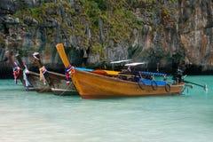 Thailändska traditionella långa fartyg Arkivbild