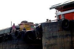 Thailändska Tug Boat Double Barge arkivfoto
