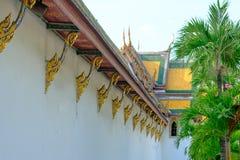 Thailändskt arkitekturtak av den kyrkliga Wat Suthattepwararam templet Arkivfoton