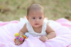 Thailändskt behandla som ett barn le i aftonen spelplanen Royaltyfria Foton