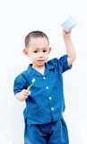 Thailändskt behandla som ett barn pojken som borstar tänder I behandla som ett barn handinnehavkoppen Arkivbild
