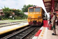 Thailändskt drev som ankommer på stationen Royaltyfri Foto