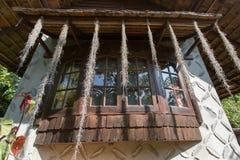 Thailändskt fönster för gammal stil med växter Royaltyfri Bild