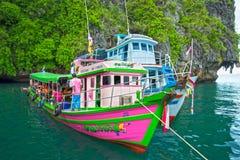 Thailändskt fiskebåtbruk för lopp: Dykapparat som kör i Krabi Thailand Arkivbild