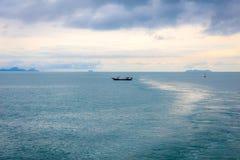 Thailändskt fiskebåtfiske för lång svans i havet royaltyfria foton
