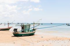 Thailändskt fiskerifartyg på stranden Fotografering för Bildbyråer