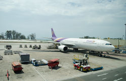 Thailändskt flygbolag som landas på Phuket internationell Ai Arkivbild