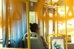 Thailändskt folk för gamla kvinnor som sitter på bussen i Chiangmai Thailand arkivfoton