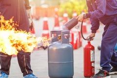 Thailändskt folk i den förebyggande eldsläckaretraininen för brandkatastrof royaltyfri foto