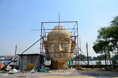 Thailändskt folk som bygger stor Buddha Royaltyfria Foton