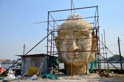 Thailändskt folk som bygger stor Buddha Arkivfoto