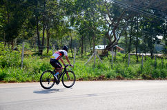 Thailändskt folk som cyklar cykeln i lopp på Khao Yai Arkivbilder