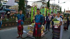 Thailändskt folk som den bärande thailändska traditionella klänningen ståtar in för främjade 46th Thailand nationella lekar fotografering för bildbyråer
