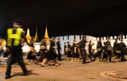 Thailändskt folk som går in i storslagen slott till att betala respekt till let arkivfoton