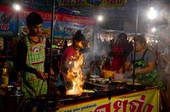 Thailändskt folk som lagar mat den stekte musslan med ägget och frasigt mjöl eller Oy Royaltyfria Bilder