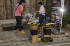 Thailändskt folk som lagar mat thai thai stil för mat och för mellanmål Arkivfoton