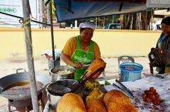 Thailändskt folk som skalar Champedak eller Artocarpus heltalförsäljning för peo Royaltyfria Foton