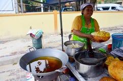 Thailändskt folk som skalar Champedak eller Artocarpus heltalförsäljning för peo Arkivfoton