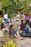 Thailändskt folk som tycker om vattnet som kommer från en djup källa på Sankampang den varma våren, Chiang Mai, Thailand royaltyfria foton