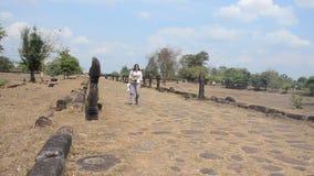 Thailändskt gå för kvinnor går till Wat Phou i huvudstaden av Champasaken Laos lager videofilmer