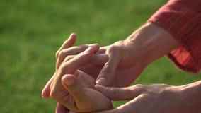 Thailändskt gömma i handflatan massagen stock video