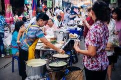 Thailändskt - hemlagad välfylld frasig äggkräpp för vietnamesisk stil med royaltyfria foton