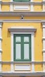 Thailändskt klassiskt fönster för gammal stil i yellow och green Royaltyfri Bild